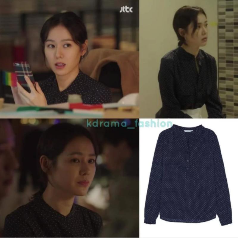 """Tính cách của nhân vật """"chị đẹp"""" Yoon Jin Ah rất nữ tính và hiền lành, chính vì vậy cũng ảnh hưởng đến những lựa chọn cho tủ đồ của """"chị đẹp"""". Chiếc áo sơ mi mềm mại của thương hiệu Vince chấm bi nhỏ trên nền xanh dương đậm phần nào thể hiện được tính cách của """"chị đẹp""""."""