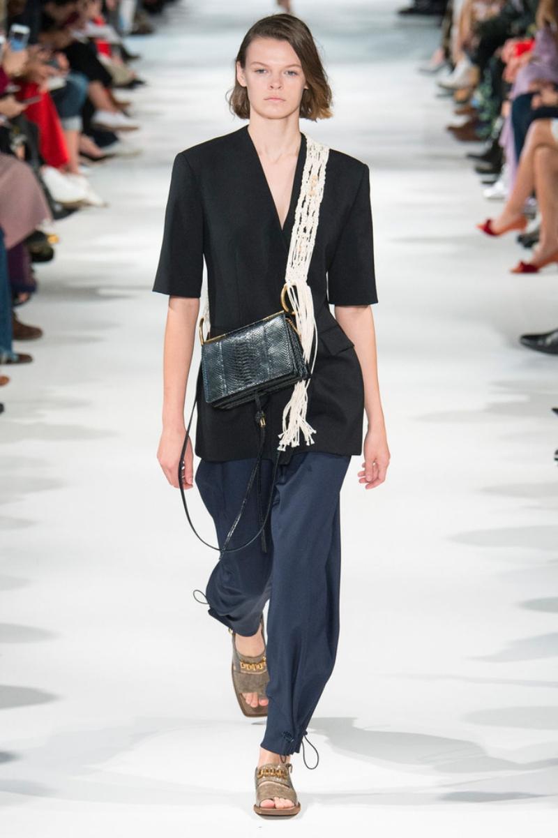Những chiếc túi xách bằng da nhân tạo được xử lý tài tình, đạt được thẩm mỹ tinh tế.