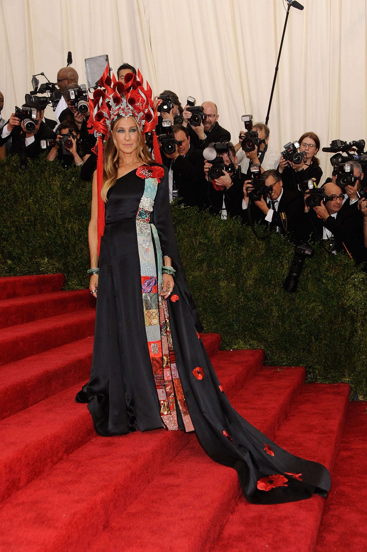 Một chín một mười với Rihanna, bộ trang phục kết hợp cùng chiếc mũ Phillip Treacy ấn tượng đã giúp Sarah Jessica Parker ghi dấu ấn đặc biệt tại MET Gala 2015.