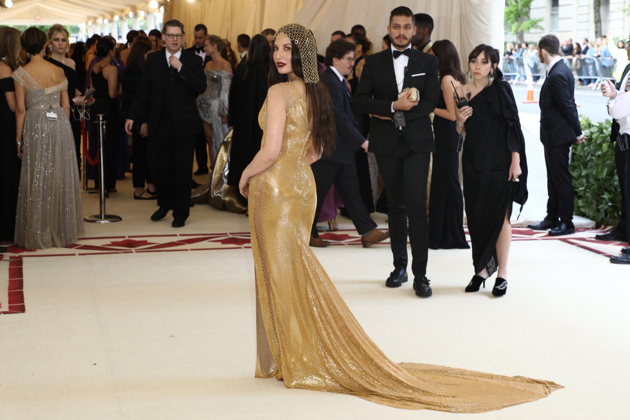 Olivia Munn mặc một bộ đầm của H&M thiết kế riêng cho dịp này.