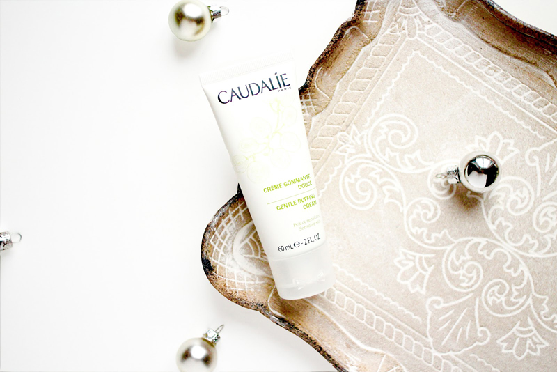 Kem tẩy tế bào chết Caudalie Gentle Buffing Cream có các hạt li ti ma sát tẩy phần da chết và điều tiết lượng dầu, không chứa Sulfates và Paraben. Giá: khoảng 560.000VNĐ/ 75 ml.