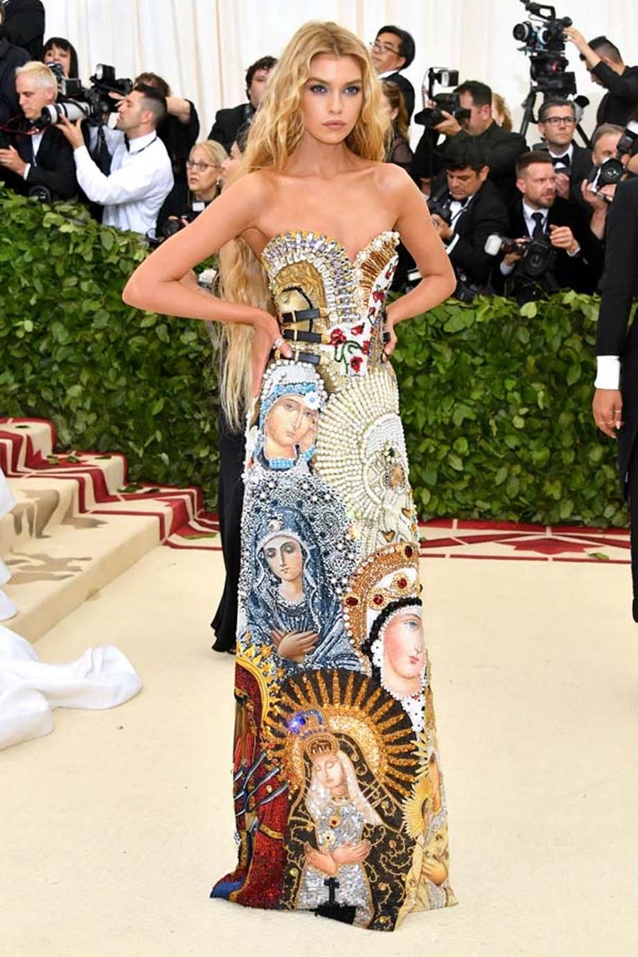 Stella Maxwell mặc thiết kế đầm của Moschino với họa tiết là hình Đức mẹ Maria.