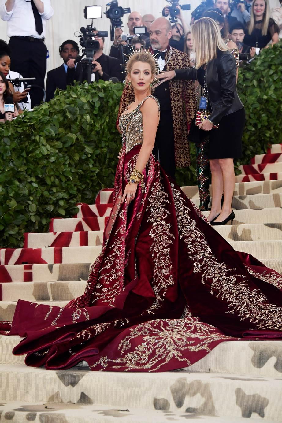 Blake Lively đẹp tựa một bức tranh Phục Hưng trong bộ trang phục của Versace.