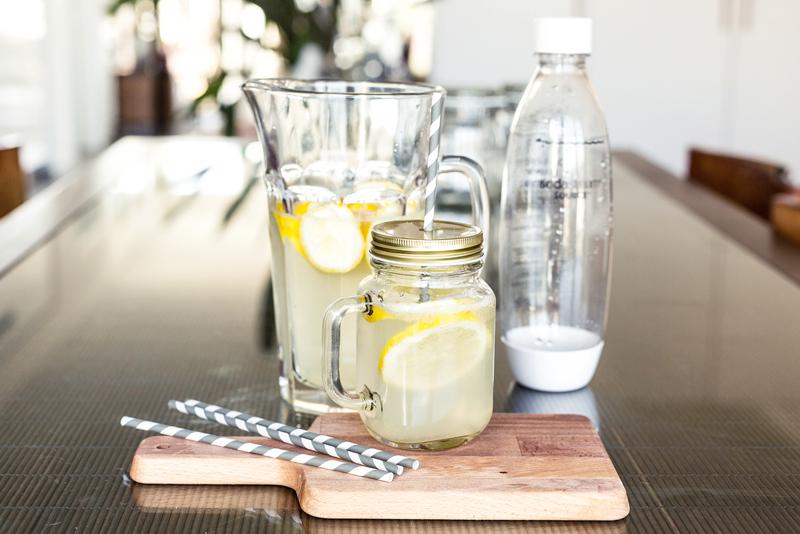 Từ các loại quả gần gũi nhất, bạn có thể tự làm cho mình một bình detox cực kì chất lượng, tốt cho cơ thể mà không tốn quá nhiều thời gian!