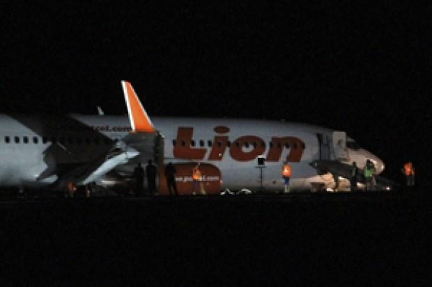 10 người sợ hãi nhảy từ máy bay xuống đất vì báo động giả có bom