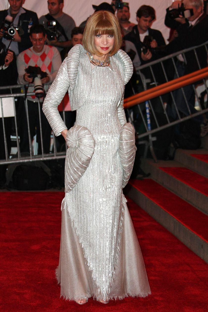 Dù những năm gần đây luôn ưu ái cho những lựa chọn an toàn, nhưng bà hoàng thời trang Anna Wintour cũng đã từng chịu chơi như thế này! Thiết kế được đo ni đóng giày riêng cho Anna theo chủ đề Siêu anh hùng là sáng tạo của nhà mốt Chanel.