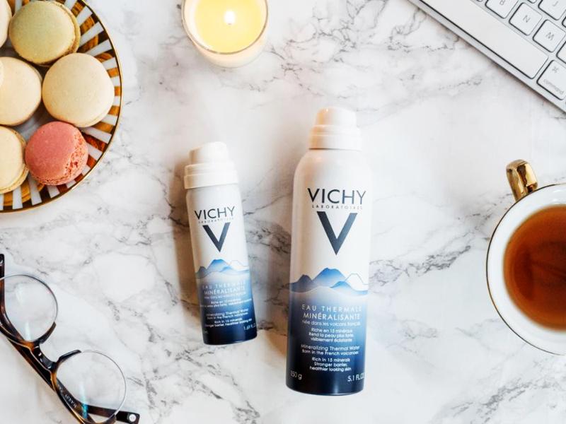 Xịt khoáng Vichy Eau Thermale Mineralisante chứa nhiều loại khoáng chất tự nhiên, cấp ẩm là làm dịu da ngay tức thì, phù hợp cho mọi loại da. Giá: 200.000VNĐ/150ml.