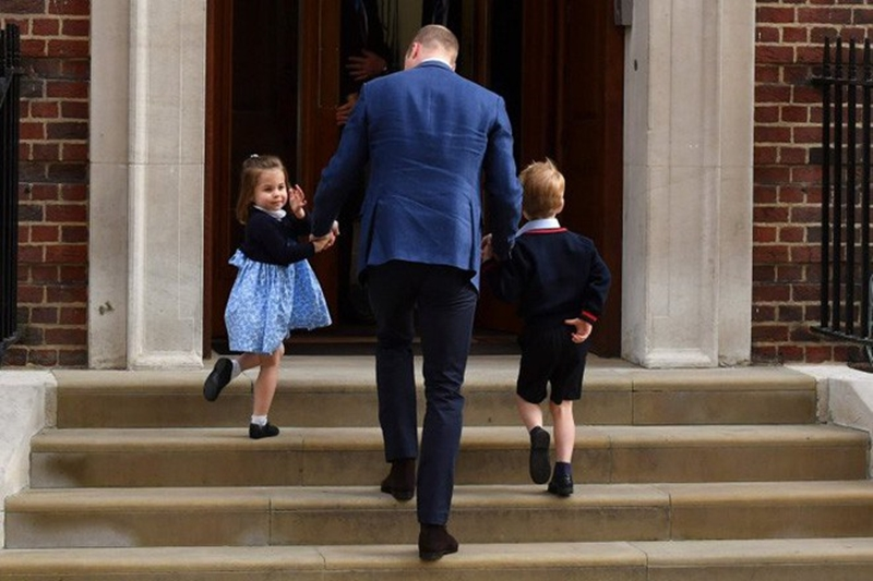 Tiểu công chúa vui vẻ cùng bố và anh trai đến bệnh viện thăm em trai vừa chào đời. Trái với vẻ rụt rè của Hoàng tử George, Công chúa Charlotte rất tự tin chào hỏi báo chí. Cái vẫy tay của công chúa đã trở thành tiêu đề cho rất nhiều bài báo của các trang báo nước ngoài.