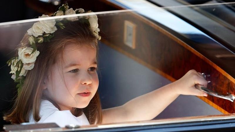 """Mải mê ăn kem, công chúa Charlotte tiếp tục """"đốn ngã"""" tim công chúng"""