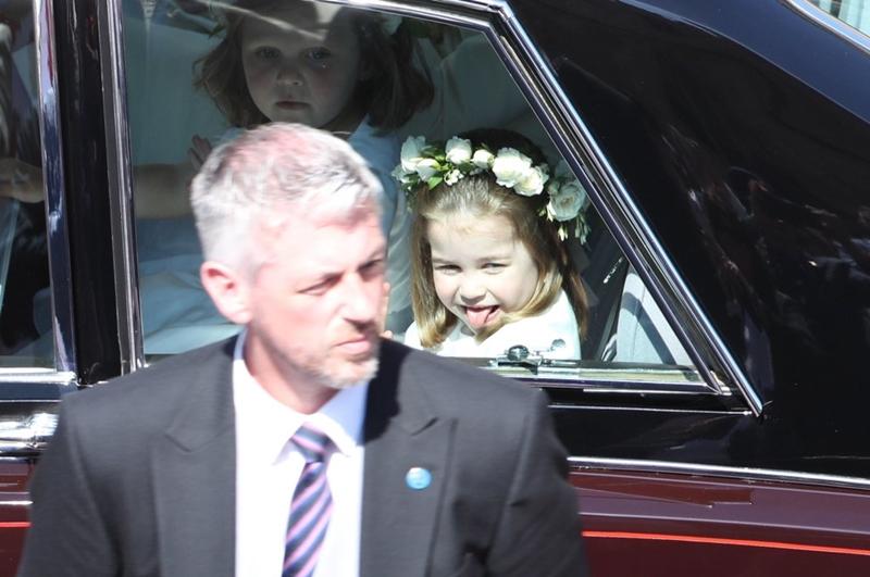 Khoảng khắcCharlotte lè lưỡi trêu mọi người trở thành một trong những bức ảnh đáng giá nhất tại lễ cưới Hoàng gia