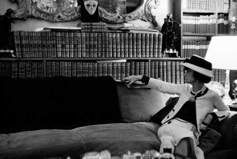 NTK Coco Chanel trên chiếc ghế sofa trong căn hộ của bà tại số nhà 31 đường Cambon ở Paris.