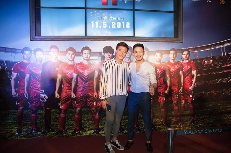 Bùi Tiến Dũng và Nguyễn Quang Hải hào hứng xem phim Việt về bóng đá