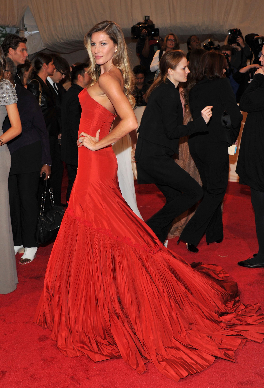 Tại MET Gala 2011 với chủ đề về sự nghiệp nhà thiết kế Alexander McQueen, siêu mẫu Gisele Bundchen xuất hiện không thể nào quyền lực hơn trong thiết kế hào nhoáng được chính nhà thiết kế quá cố thực hiện.