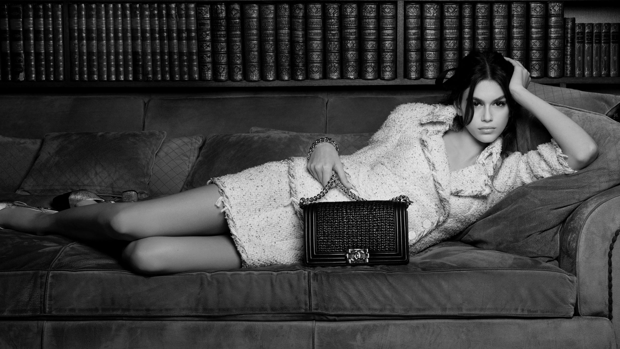 Kaia Gerber và túi xách Boy Chanel.