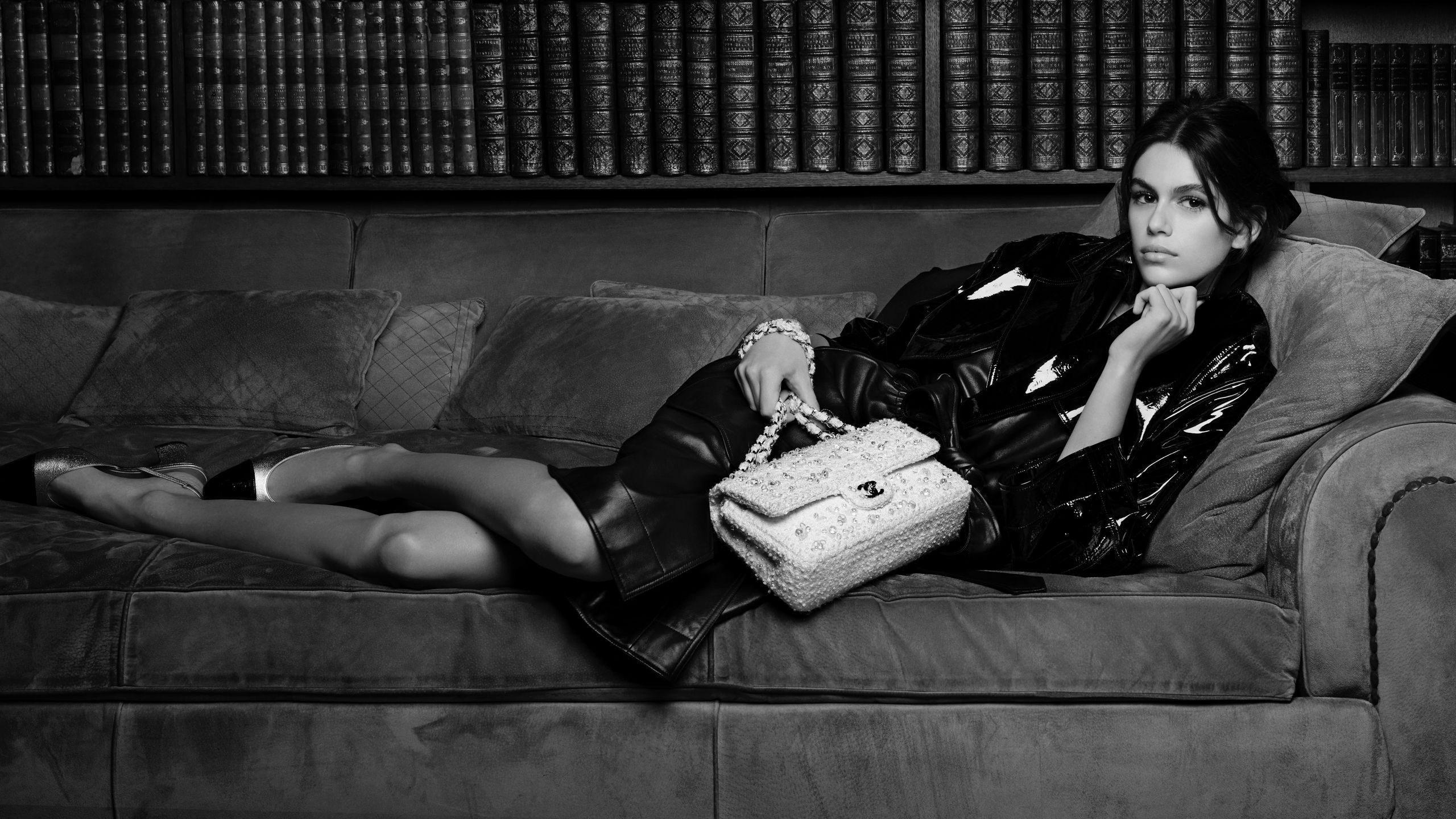 Kaia Gerber và chiếc túi xách classic 11.12 của Chanel.