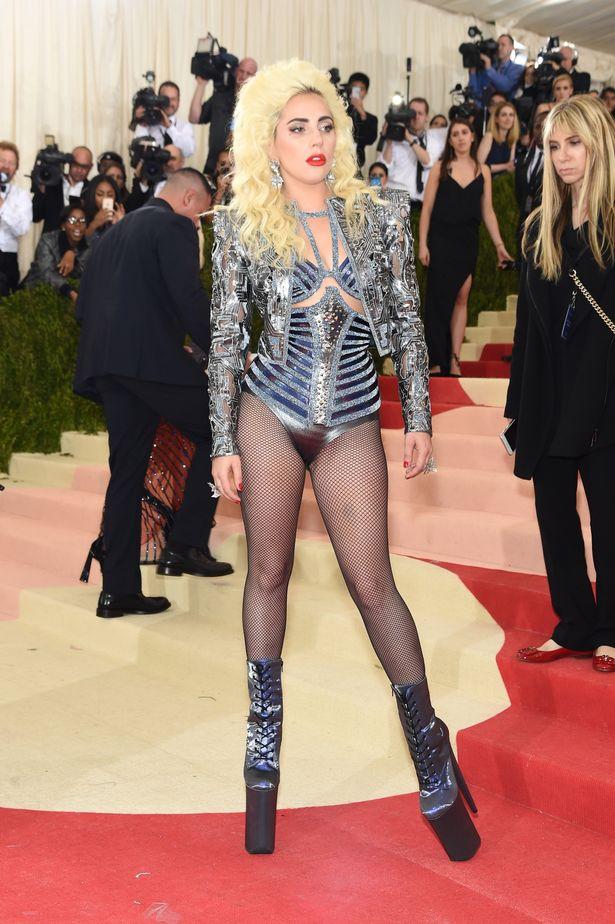 Tại MET Gala 2016, Lady Gaga lấy lại hình tượng nổi loạn vốn đã làm nên tên tuổi của cô trong thiết kế gợi cảm từ Versace.