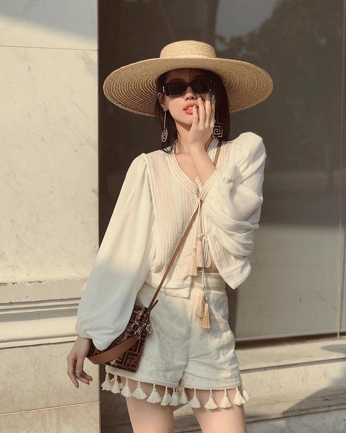 Mũ cói rộng vành là item được Khánh Linh The Face ưu ái.