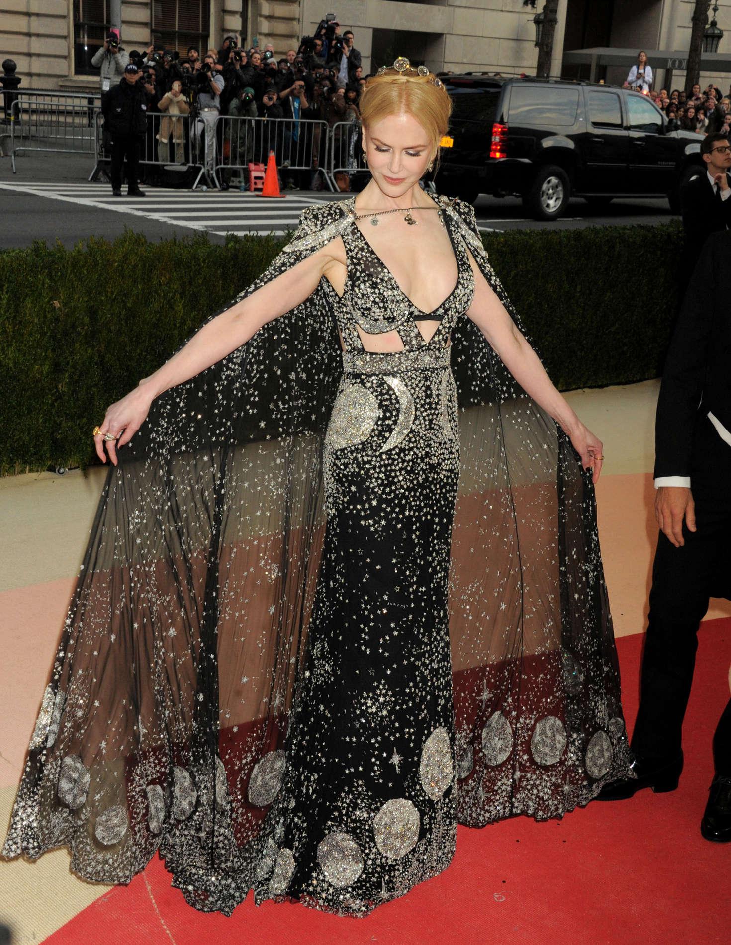 Nicole Kidman ma mị khi xuất hiện tại MET Gala 2016 trong thiết kế với họa tiết lấy cảm hứng từ chiêm tinh học của nhà mốt Alexander McQueen.