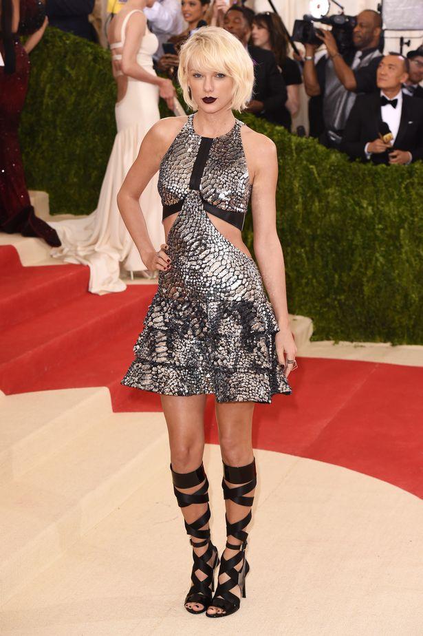 """""""Rắn chúa"""" Taylor Swift từng gây sốc với hình ảnh thay đổi 180o trong thiết kế cầu kì từ nhà mốt Louis Vuitton."""