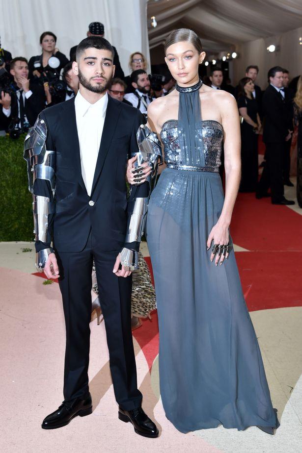 Zayn Malik và Gigi Hadid xứng đáng giành giải thưởng cặp đôi ăn ý nhất khi xuất hiện tuyệt đẹp trong hai thiết kế mang màu sắc viễn tưởng từ nhà mốt Versace tại MET Gala 2016.
