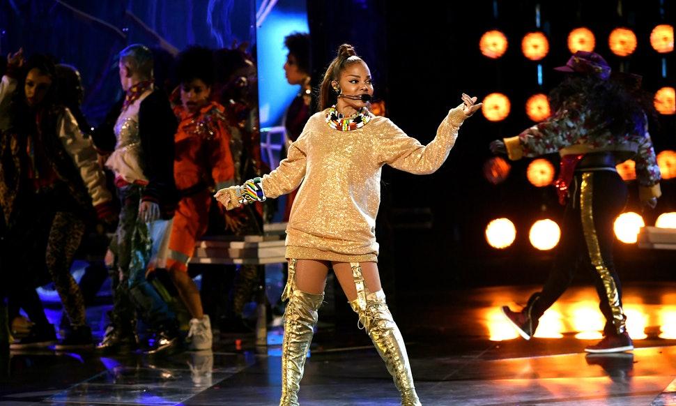 Janet Jackson với màn trình diễn ấn tượng tại Billboard Music Awards với phong cách năng động, trẻ trung.