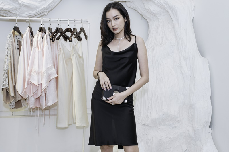 Trúc Diễm mặc một thiết kế đầm màu đen gợi cảm và sang trọng.
