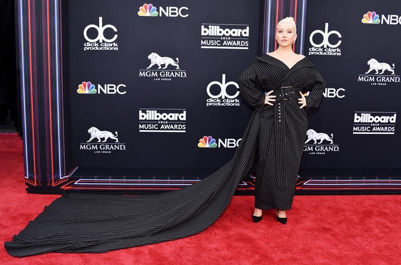 """Christina Aguilera """"chơi trội"""" với thiết kế có đuôi dài của thương hiệu 16Arlington."""