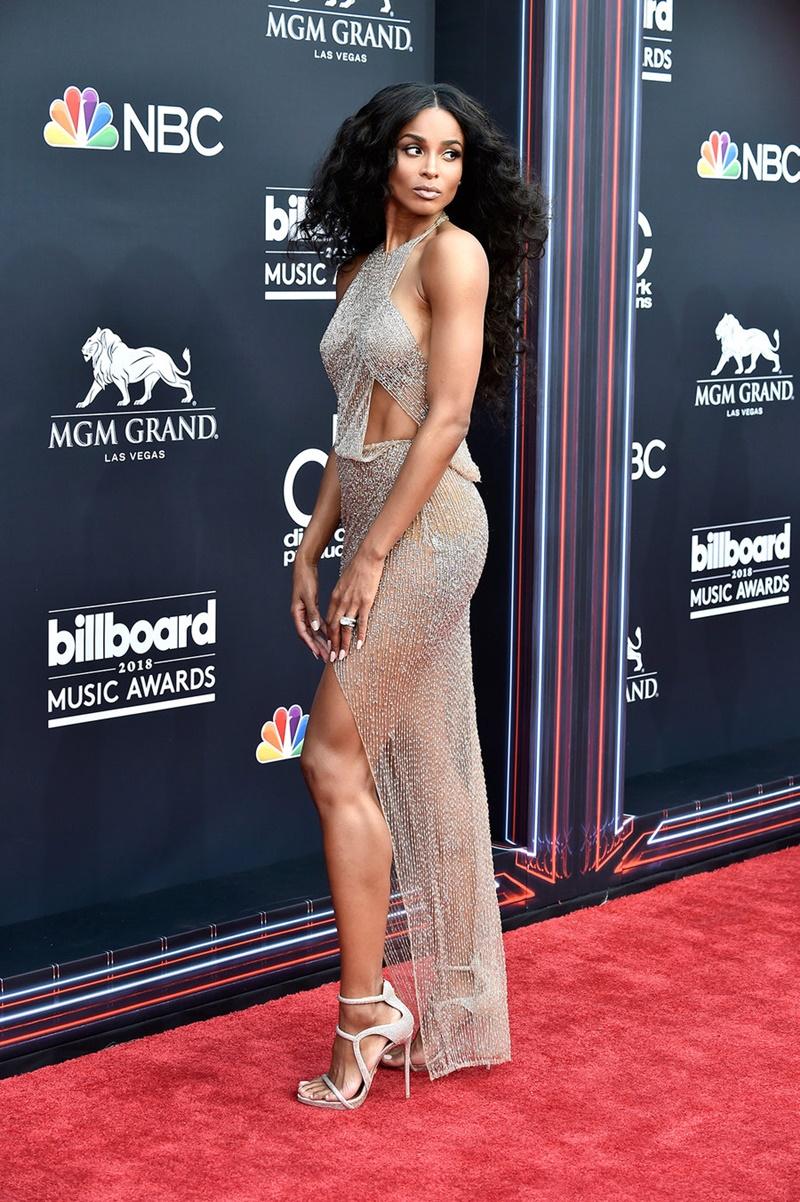 """Nữ ca sĩ Ciara """"thiêu đốt"""" mọi ánh nhìn với thiết kế đầm mong manh, khoe những điểm vàng trên cơ thể."""