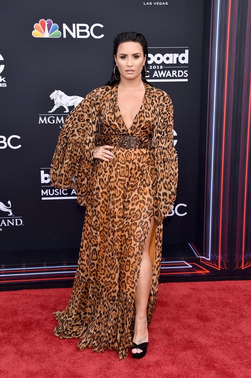 Demi Lovato chọn mặc môt thiết kế vintage của Dior với họa tiết da báo phủ kín.