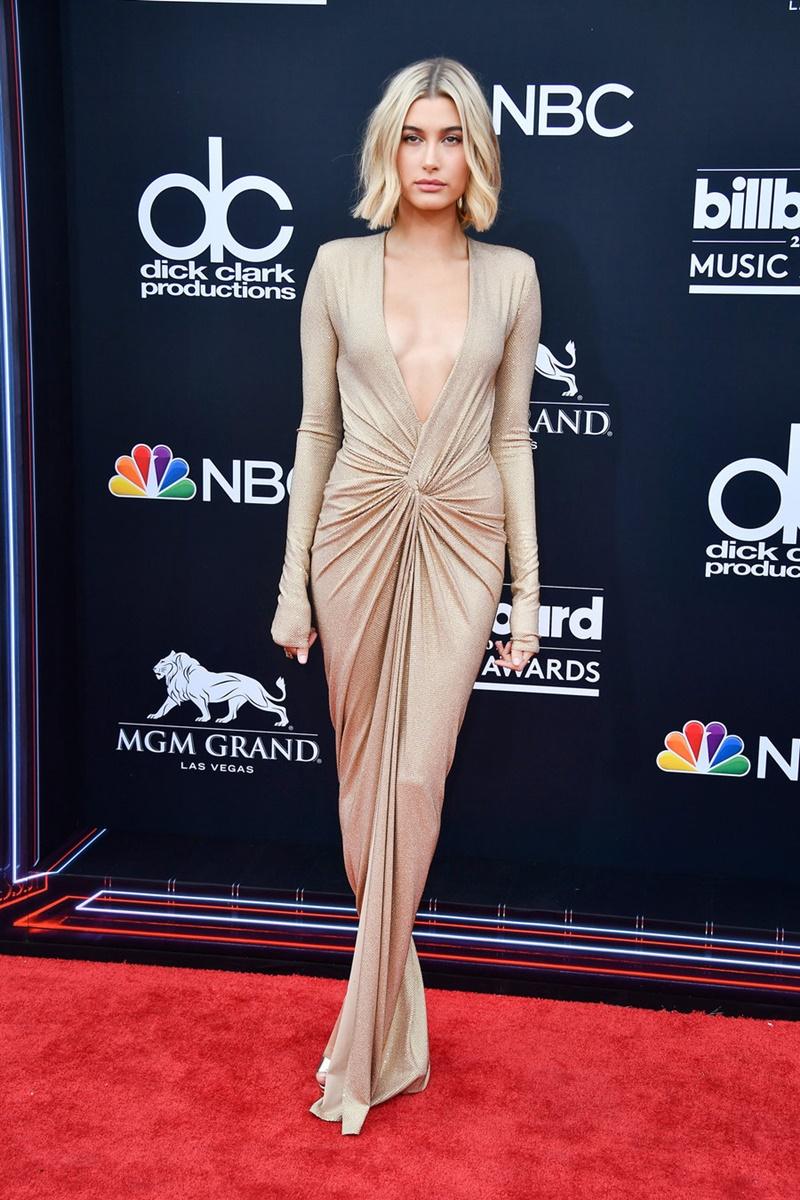 Người đẹp Hailey Baldwin thu hút với thiết kế đầm quyến rũ của Alexander Vaultier cùng giày của Jimmy Choo.