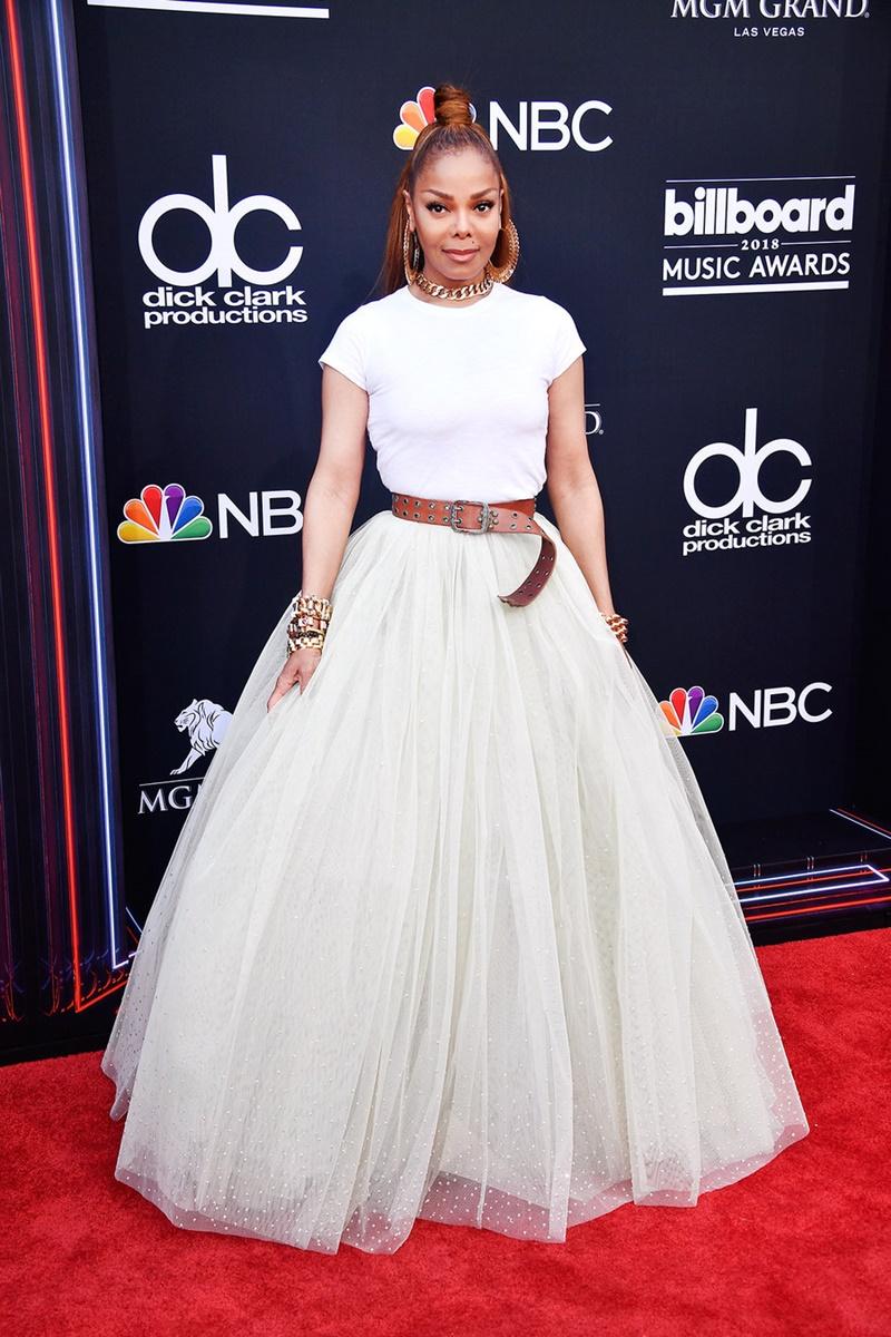 Janet Jackson trẻ trung trong bộ trang phục đơn giản nhưng vô cùng ấn tượng. Không ai có thể tin nổi cô đã 52 tuổi và đã hoạt động trong làng giải trí gần 40 năm.