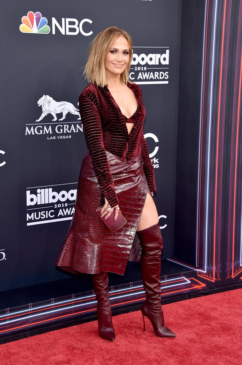 """Jennifer Lopez """"hút hồn"""" trong bộ trang phục màu đỏ rượu của Roberto Cavalli phối cùng boots của Casadei."""