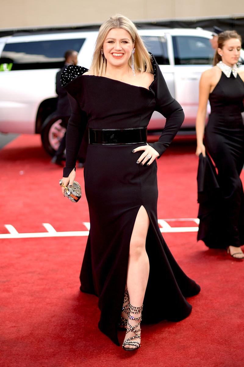 Kelly Clarkson đảm nhiệm vai trò dẫn chương trình Billboard Music Awards năm nay. Cô xuất hiện trên thảm đỏ sự kiện trong thiết kế đầm đen sang trọng.