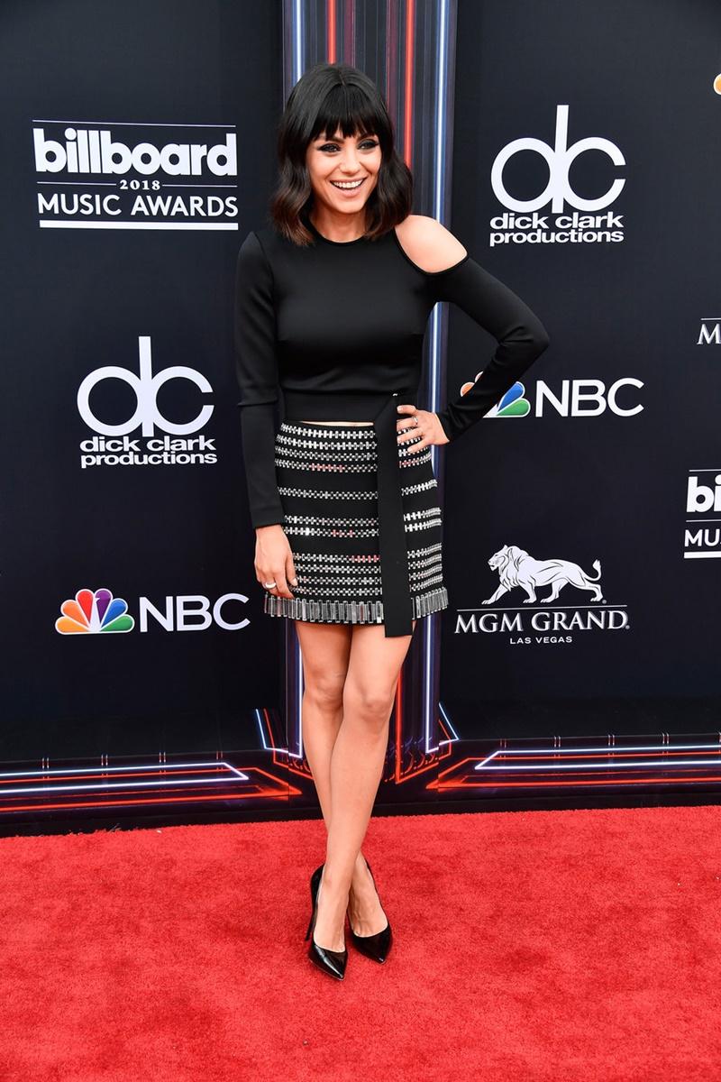 Nữ diễn viên Mila Kunis trẻ trung với mái tóc khác lạ trên thảm đỏ. Cô mặc trang phục của David Koma.