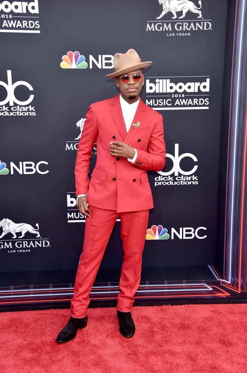 Nam ca sĩ Ne-Yo lịch lãm với suits màu đỏ nổi bật, trẻ trung.