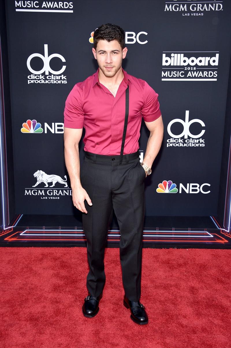 """Nick Jonas khoe vẻ nam tính """"nghẹt thở"""" với chiếc áo sơ mi màu hồng."""