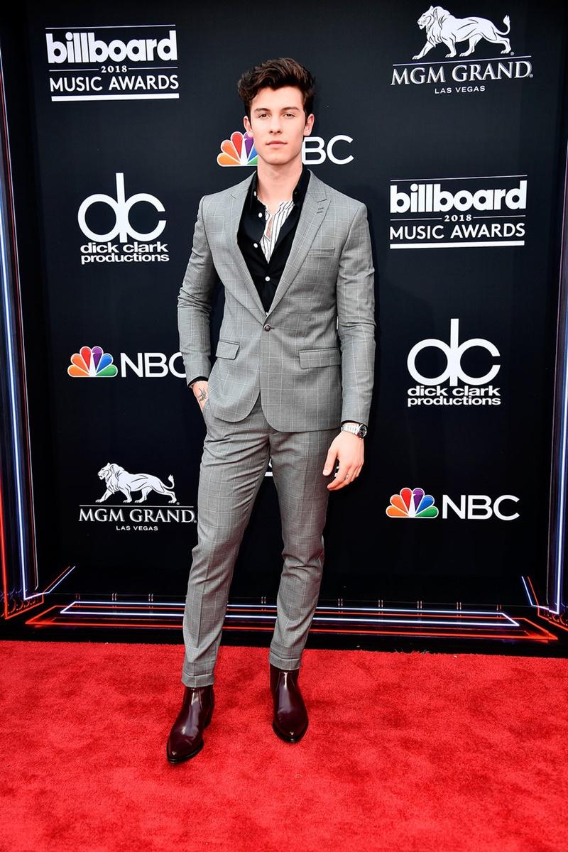 """Shawn Mendes khiến chị em """"đứng ngồi không yên"""" với vẻ phong trần trong bộ suits của Kooples phối với áo sơ mi của Armani và boots Calvin Klein."""