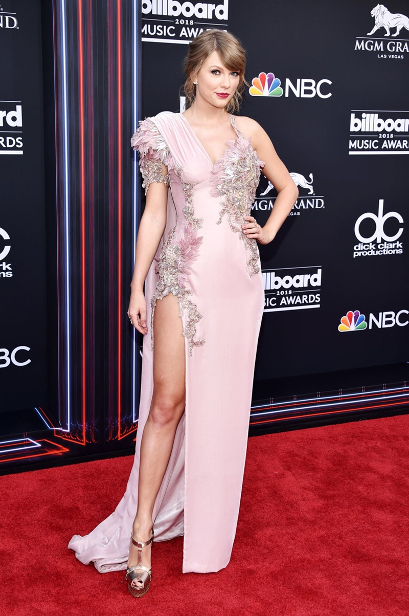 Taylor Swift mặc thiết kế của Versace với tông màu hồng nhạt cùng những chi tiết trang trí tỉ mỉ.