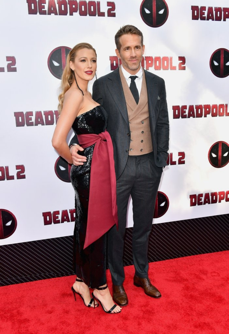 Blake Lively thu hút toàn bộ sự chú ý với thiết kế đầm đen đính sequin của NTK Brandon Maxwell. Cô mang giày của Christian Louboutin.
