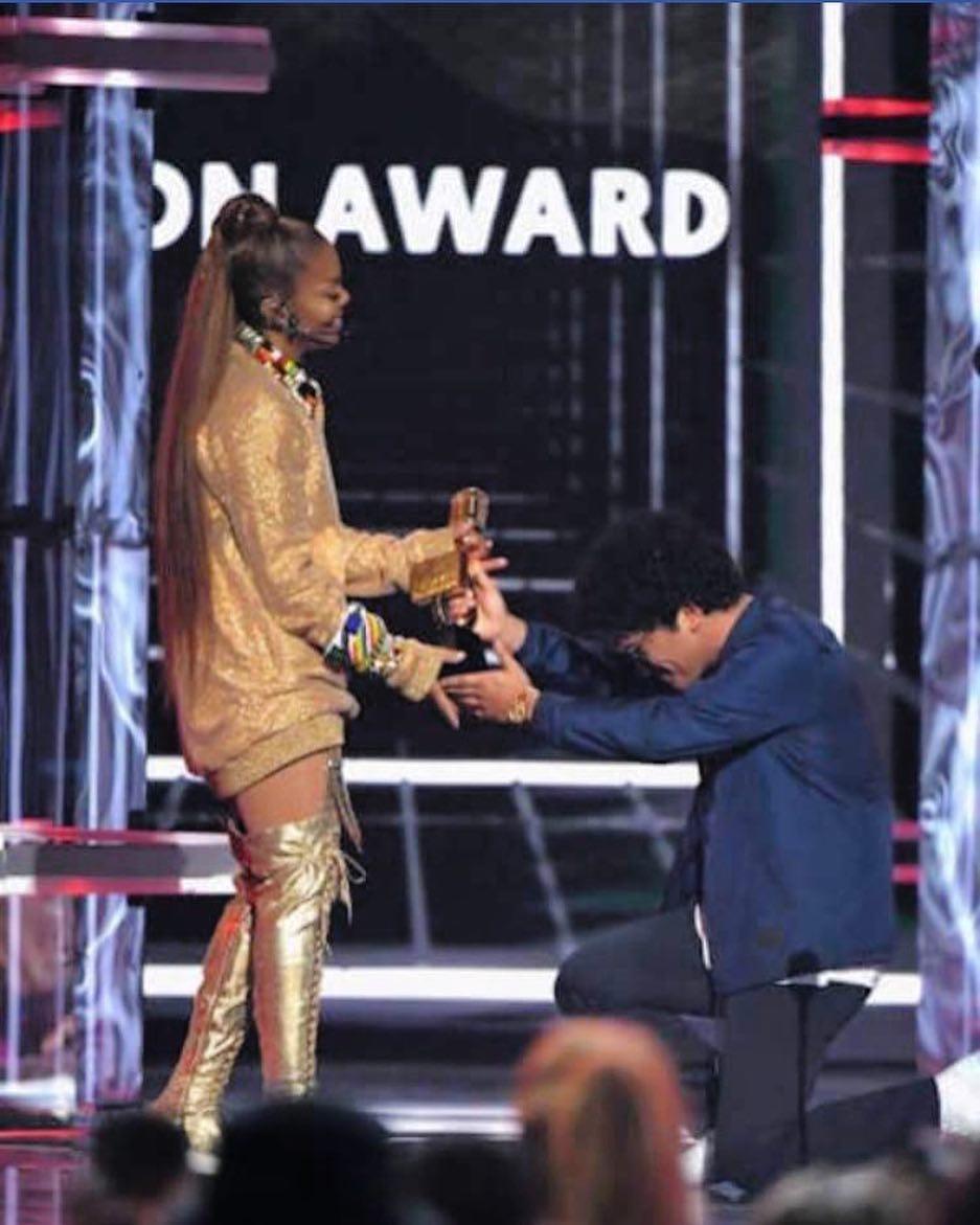 Janet Jackson nhận giải thưởng Billboard Icon Award từ nam ca sĩ Bruno Mars.