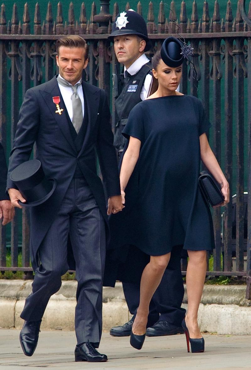 Trong khi đó, khách mời nam chỉ được lựa chọn suit hoặc áo đuôi tôm đi kèm với áo gilet, cà vạt và quần kẻ sọc. Riêng thành viên hoàng gia Anh sẽ diện quân phục.