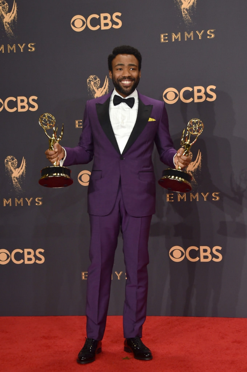 Tại Lễ trao giải Emmy 2017 cho các tác phẩm truyền hình, Donald Glover đã 2 lần được xướng tên nhận 2 giải thưởng cho diễn xuất và đạo diễn. Anh mặc suit tím của Gucci cùng sơ mi trắng và nơ bướm lịch lãm.