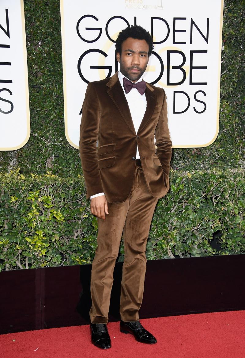 """Anh xuất hiện tại Lễ trao giải Quả cầu vàng 2017 trong bộ suit nhung màu nâu của Gucci. Tại lễ trao giải này, anh cũng được trao giải Nam diễn viên xuất sắc cho vai diễn trong phim truyền hình """"Atlanta""""."""