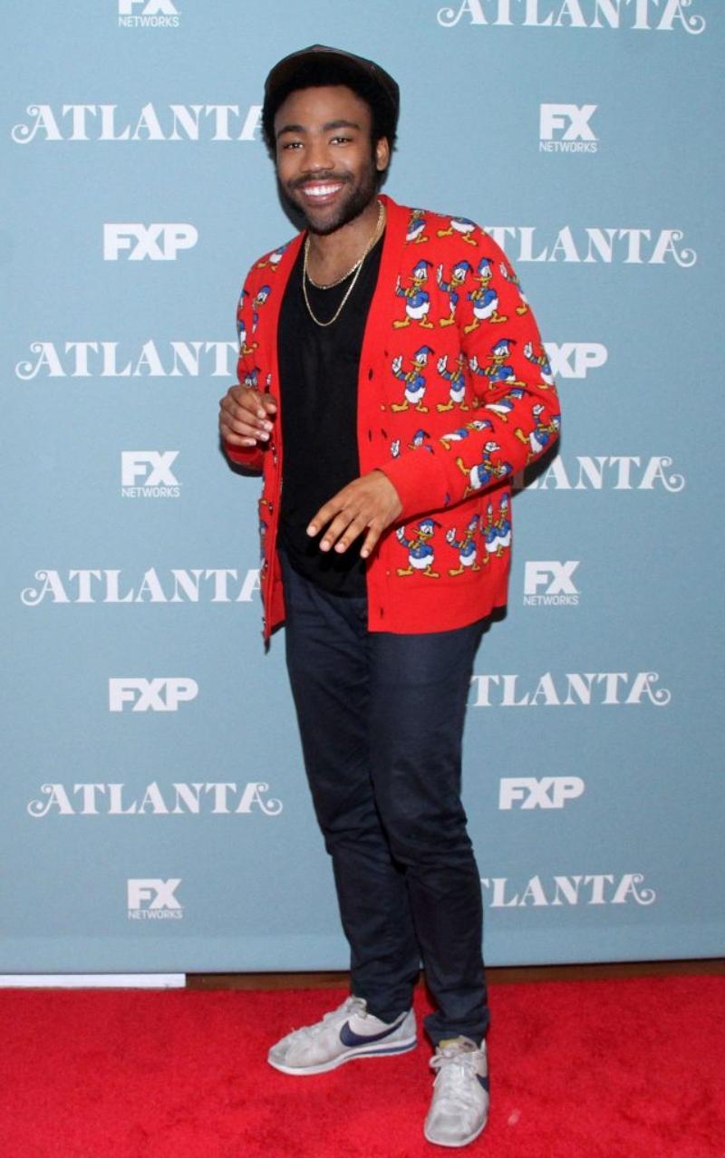 Tại một sự kiện hội thảo, Donald Glover khoác áo cardigan màu đỏ in hình nhân vật vịt Donald của Gucci.