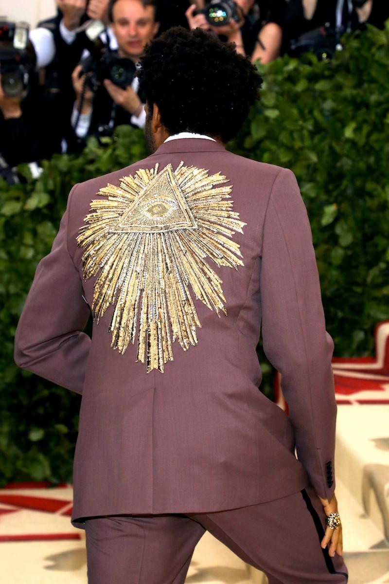 Điểm nhấn của bộ suit chính là phần lưng áo được thêu cực kỳ tỉ mỉ tạo hiệu ứng thị giác hoàn hảo.