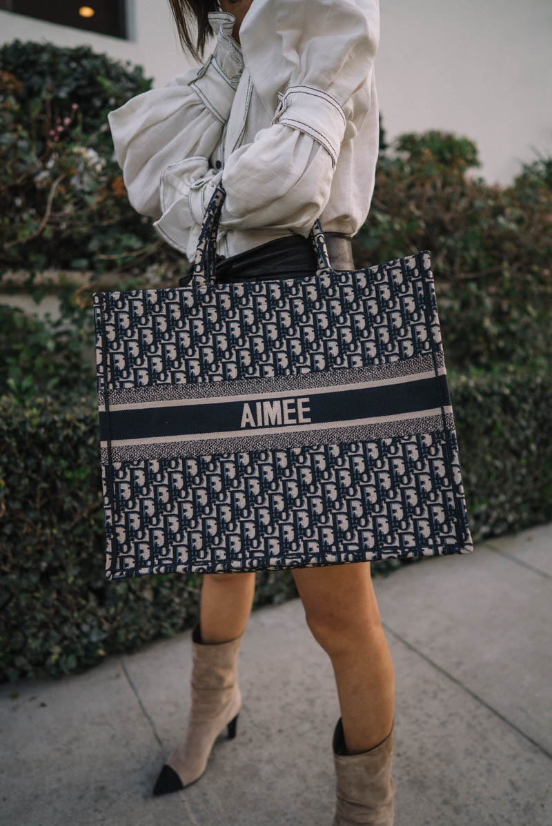 Cô cũng được dệt tên mình trên túi xách Dior Book Tote.