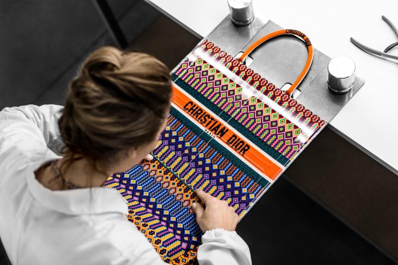 Quá trình nghệ nhân tại Dior thực hiện một chiếc túi xách Dior Book Tote đảm bảo độ cân đối trong từng chi tiết.