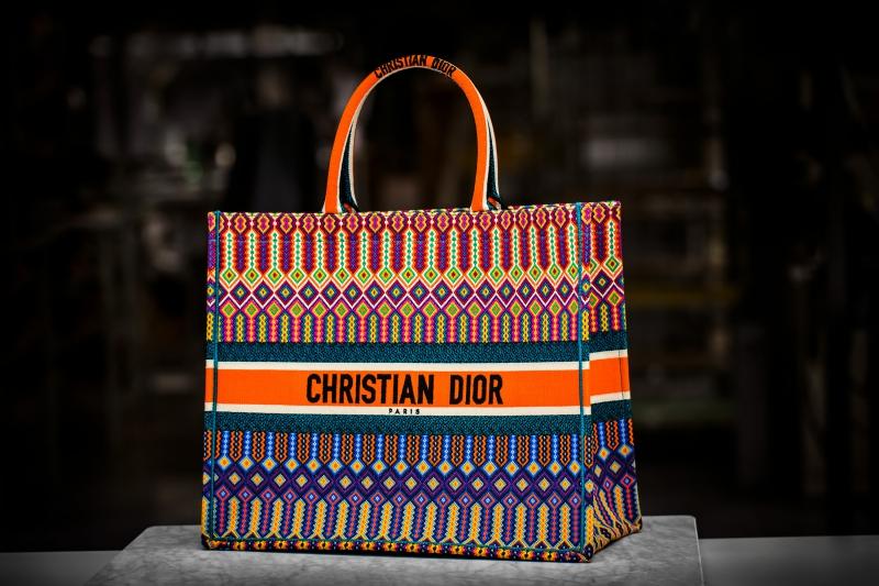 Chiếc túi Dior Book Tote hoàn chỉnh với chất liệu canvas mang họa tiết nhiều màu sắc nổi bật.