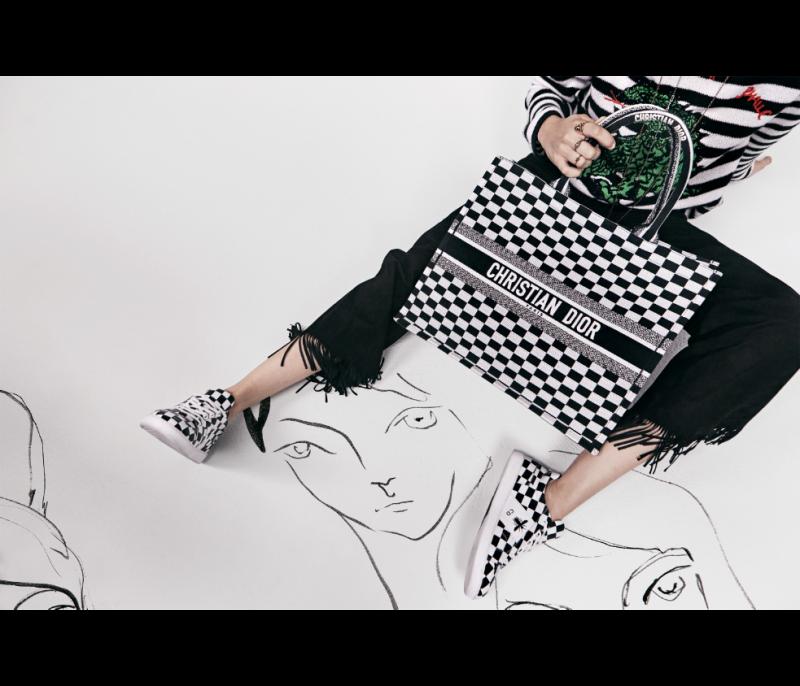 Dior Book Tote là chiếc túi xách tiêu điểm trong BST Xuân Hè 2018.