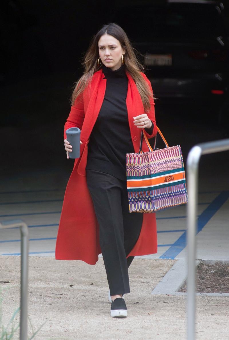Nữ diễn viên Jessica Alba sở hữu phiên bản túi Dior Book Tote mang họa tiết nhiều màu sắc.